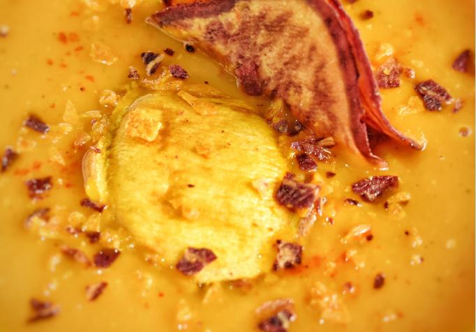Crema de calabaza y zanahoria con crujiente de batatas naranja y morada